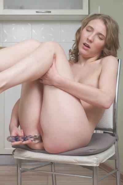 Smoking hottie Lavatta W erotically poses in Amateur Babe