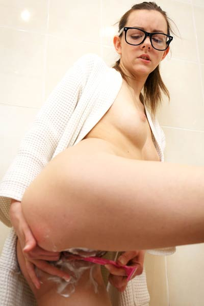 Nerdy young babe Rebeka Ruby has some fun as she shaves her hairy muff