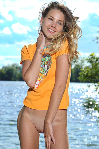 Long haired blonde with nice body Lola Krit knows how to seduce a guy