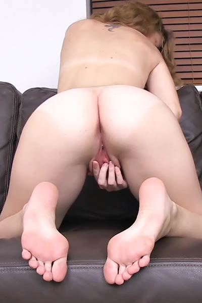 Debella Z shows off her pro masturbation skills in the living room
