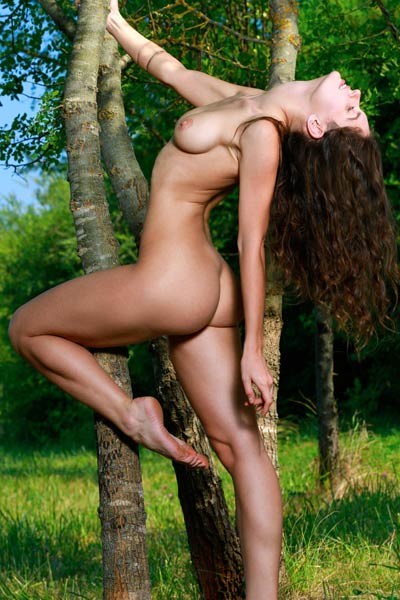 Well stacked vixen Yasmina shows us her perfect figure outdoor
