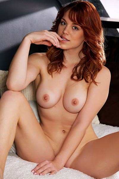 Molly Stewart gets naked and starts posing with some style