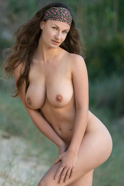 Busty body of naked Susann will make you horny in a seconds