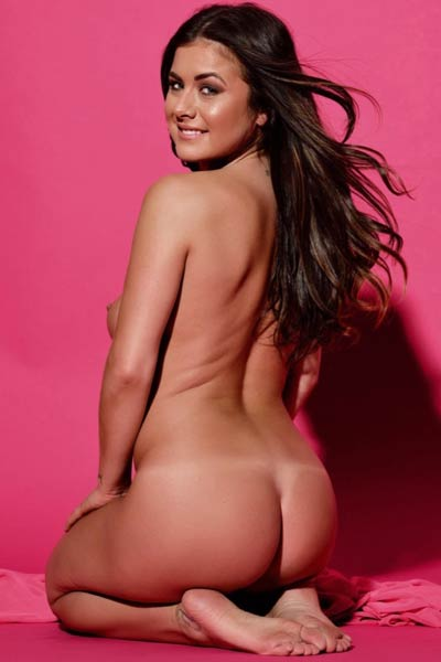 Kelly gets her self fully naked and shows us her breathtaking curves