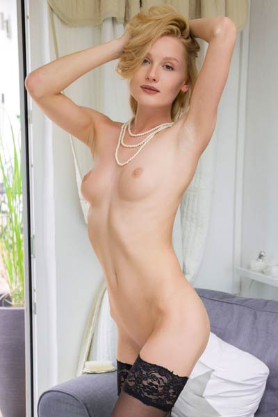 Superb young girl Gerda Rubia gets her self naked with style for you