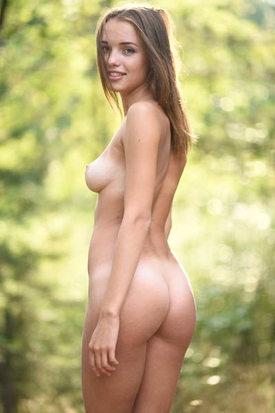 Incredibly sweet Saloma exposes her sexy tall body in nature