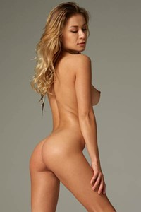Dazzling babe shows off her gorgeous body as she poses completely naked