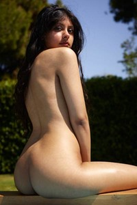 All natural all naked chick Anaya doing sunbathing in the backyard