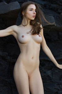Mariposa babe with hot natural curves showcasing her naked body by the rocks