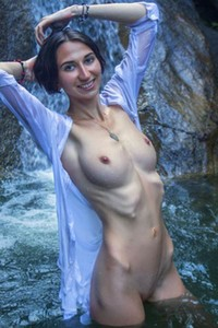 Wild and free babe poses naked in the mountain stream