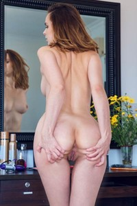 Burning hot Nasita does her makeup naked and seduce us with her sexiness