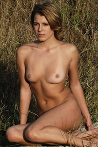 Shorthaired young babe Lina I presents her feminine body in nature