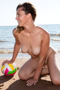This cute and pretty babe simply adores to enjoy sunny days on the beach totally naked