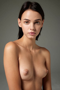 Angelic babe Ariel gives us the perfect view of her stunning body