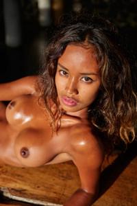 Exotic ebony babe Putri uninhibitedly poses naked showing off her gorgeous body