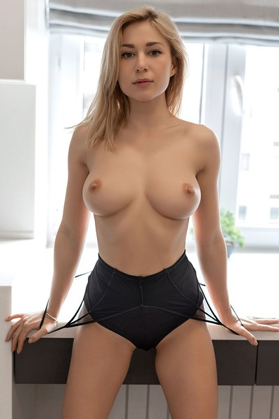 sexy babes in tiny bikinis