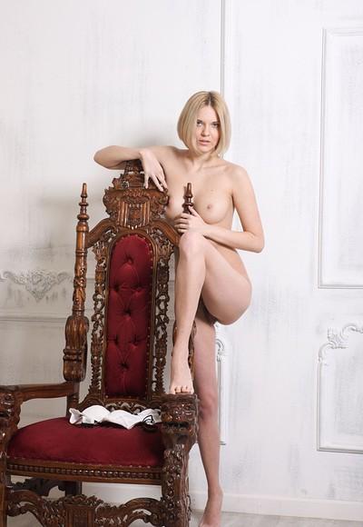 Gwinnett in Queen on throne from Stunning 18