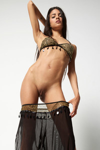 Majestic Latin babe posing with her slim body in front of her photographer