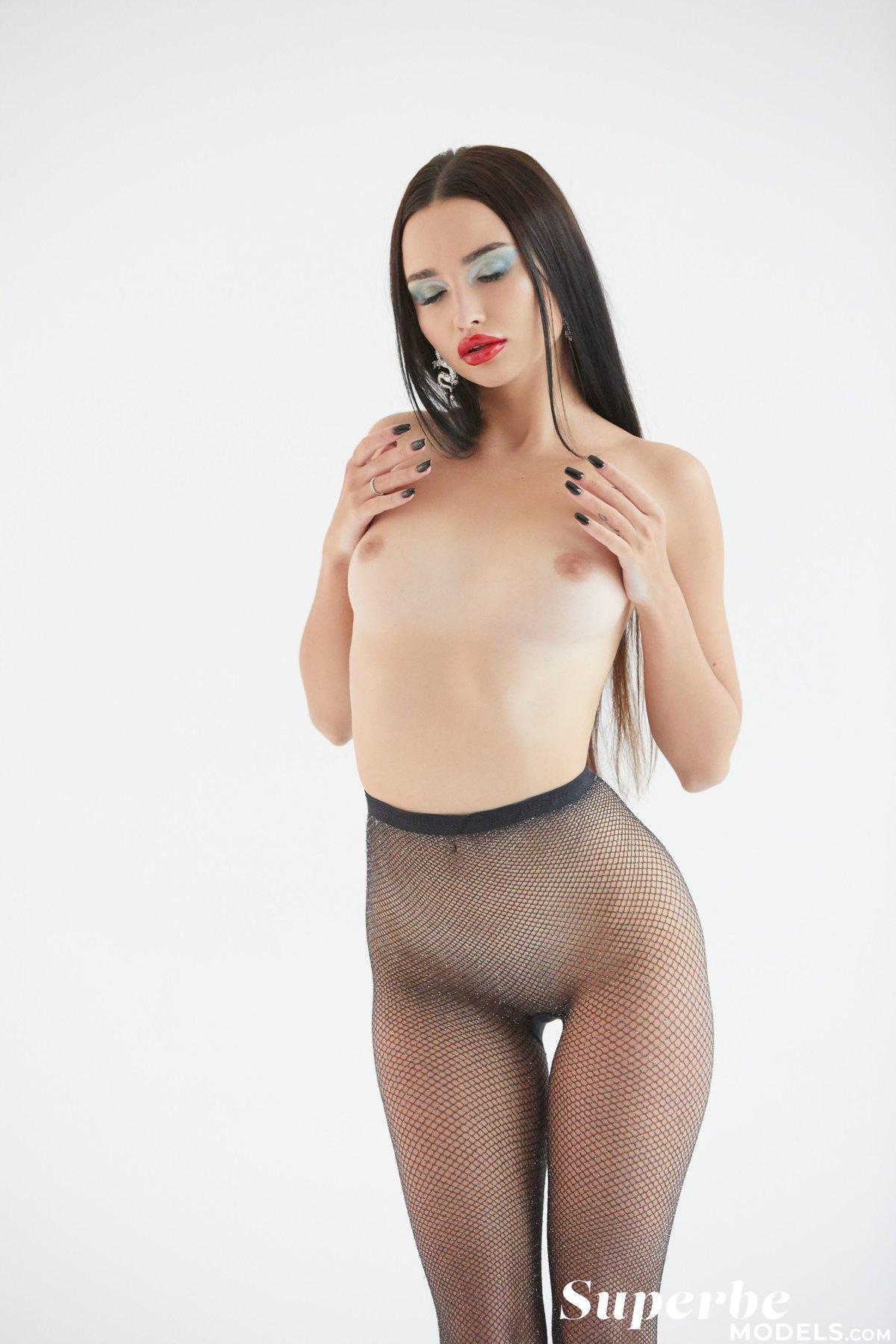 Naked leon Elina De