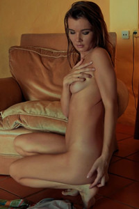 Smoking hot damsel sensually poses naked for the camera on the floor